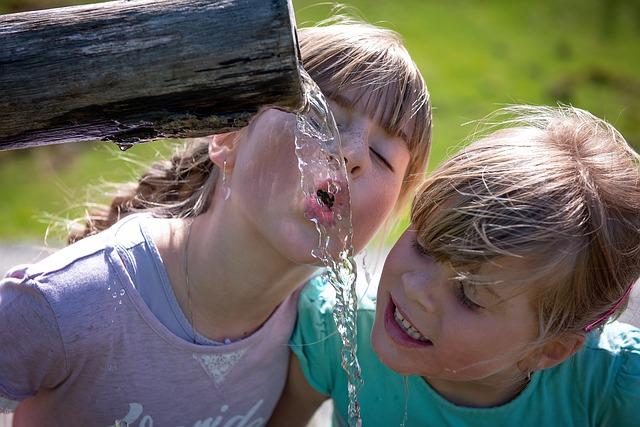 水を飲もうとする少女ふたり