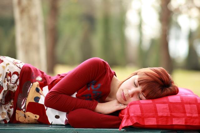 赤い枕で眠る女性