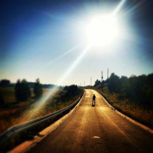 太陽の光(道に人物)