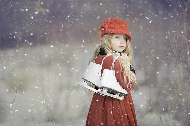 スケート靴を肩にかける少女