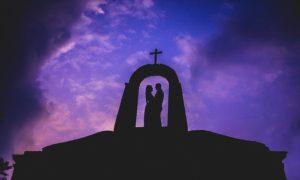 十字架の下のカップル