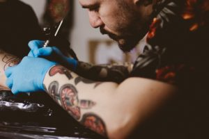 タトゥー施す男性