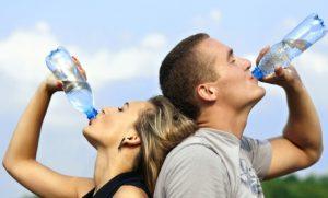 水を飲む男女