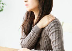 肩こりの女性(灰色服)