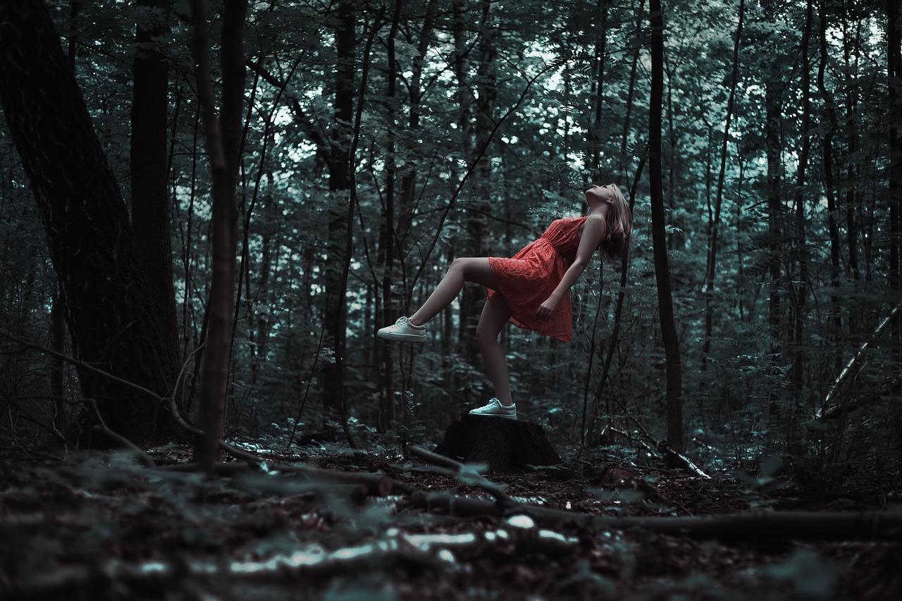 サスペンション・森林・女性