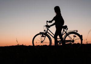 女の子・夕焼け・自転車