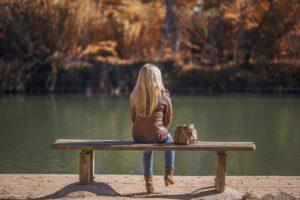 湖畔のベンチに座る女の子