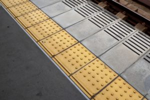 点字ブロック・駅ホーム