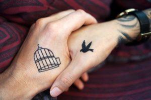 手のタトゥー