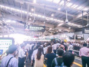 混雑する駅のホーム