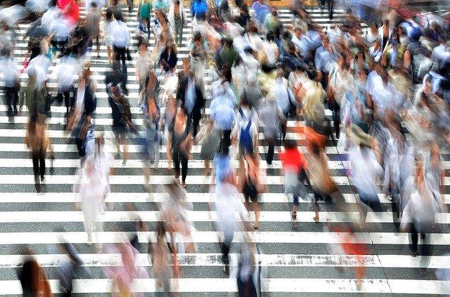 横断歩道を行く人の流れ