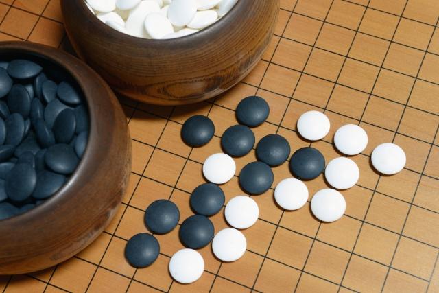 囲碁(碁盤の上に碁器と碁石)