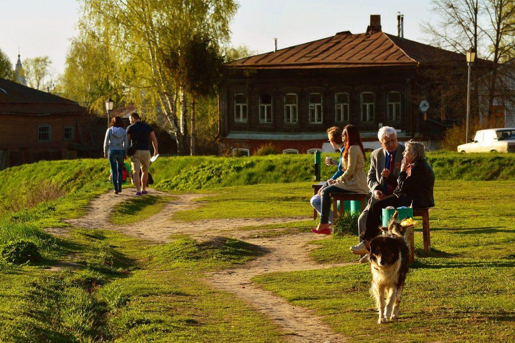 ベンチや散歩で会話を楽しむ人々