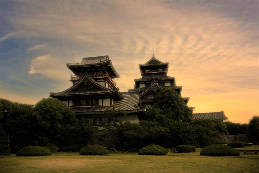 夕焼けに染まるお城の画像