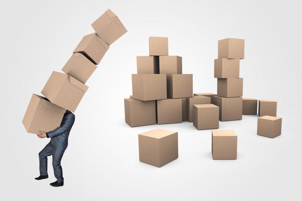 たくさんの段ボール箱を運ぶ男性の画像