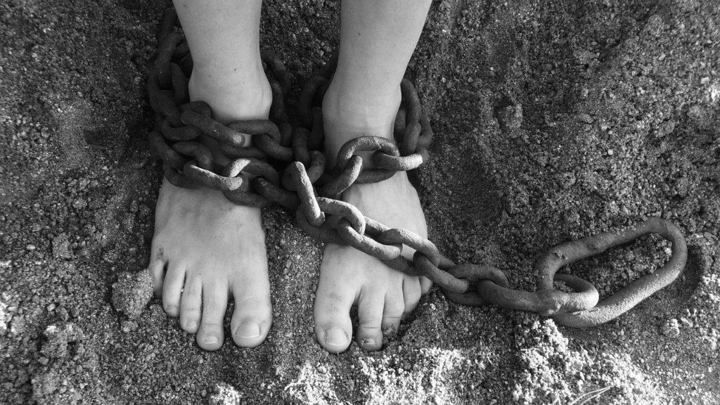 足を鎖で繋がれる画像